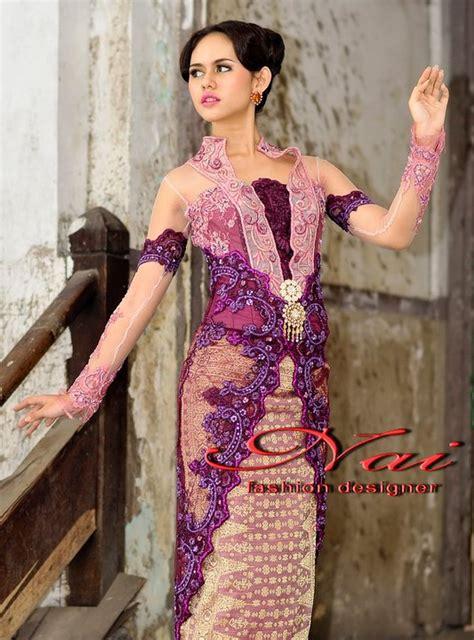 Selain pemilihan model kebaya modernl dan kerah, warga evergreen perlu memperhatikan design kebaya dan model jajaran kancing pada gaun kebaya. Fashion: model kebaya