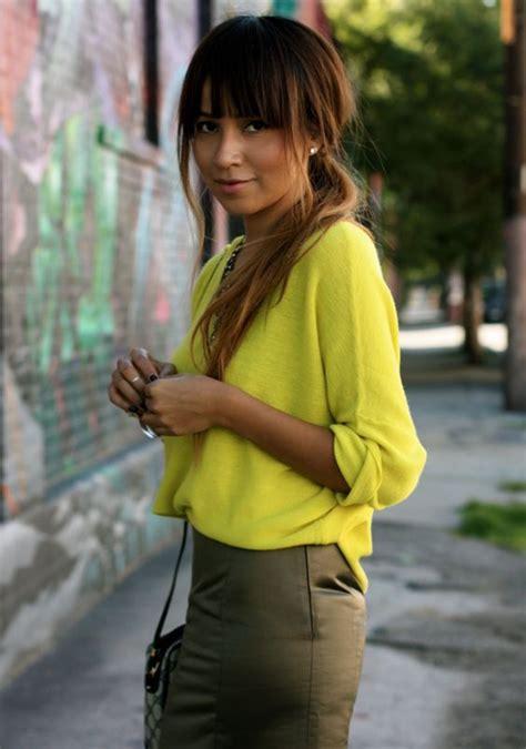 khaki oberteil kombinieren gelb mit khaki fashion in 2019 angesagte mode bleistiftrock kombinieren und neonfarben