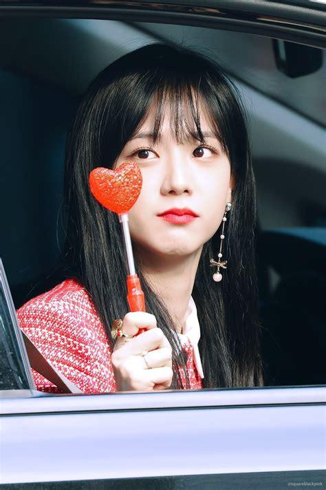 pretty blackpink jisoo stuns red leaves inkigayo