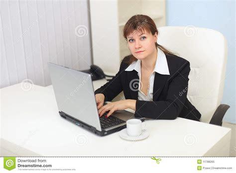 femme de bureau le femme travaille avec l 39 ordinateur au bureau photo