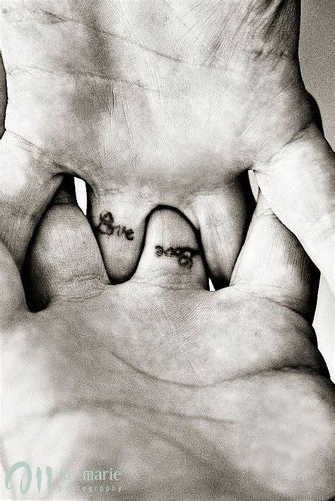 tatouages sur les doigts annulaire auriculaire pouce