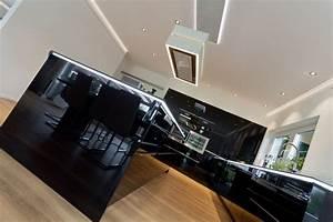 Schwarze Hochglanz Küche : designk che hochglanz schwarz mit kochinsel naturstein arbeitsplatte berbel dunstabzug uvm ~ Sanjose-hotels-ca.com Haus und Dekorationen