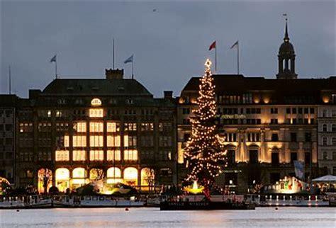 weihnachtsbaum alster nachtaufnahme der hamburger binnenalster bilder hamburg fotos vom alsterpavillon