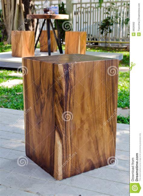 tuin kruk hout houten kruk in de tuin stock fotografie afbeelding 38529362