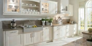kleine landhausküche weiße landhausküche mit viel stauraum küche