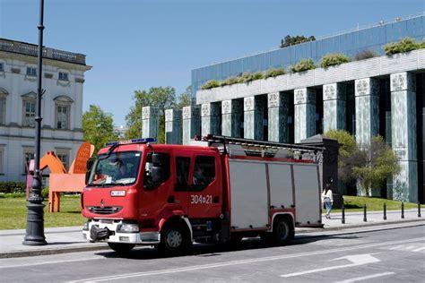 FOTO. Polijā spridzināšanas draudu dēļ evakuē cilvēkus no tiesas un valsts iestāžu ēkām | LA.LV