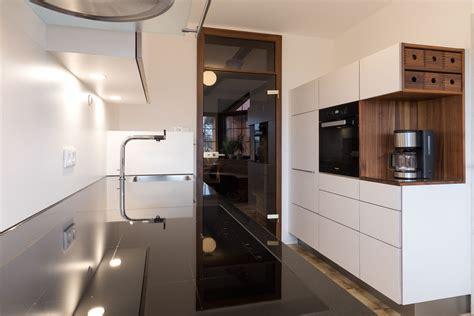 Weisse Küche Mit Dunkler Arbeitsplatte by Wei 223 E K 252 Che Mit Grifflosen Fronten Und Dunkler