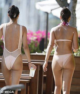 Shanina Shaik shows off her pert posterior in Hawaii ...