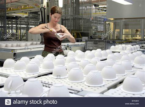 mitarbeiter 252 berpr 252 fen tassen im lager der produktion geschirr villeroy boch ag faiencerie