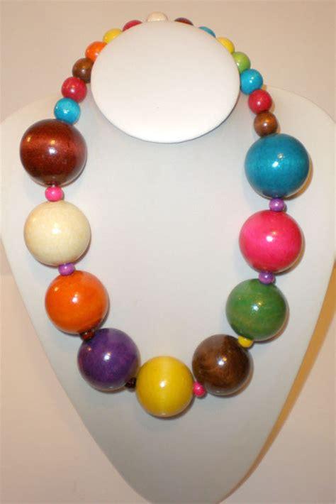 collier court en grosses perles de bois multicolore style roots maryse richardson cr 233 ation