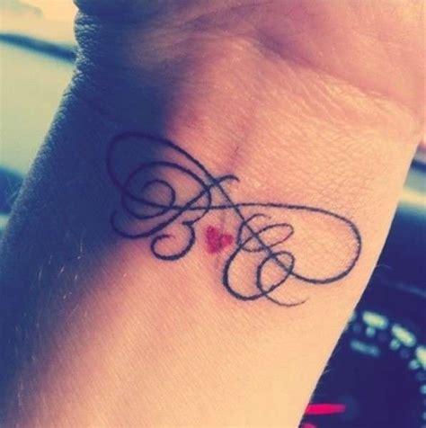 tatuaggi cuore e lettere tatuaggi lettere 30 foto e modelli per voi