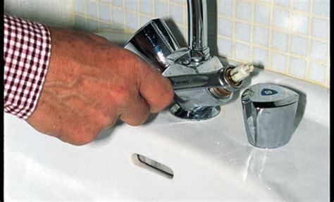 comment demonter un robinet de baignoire comment reparer un robinet de qui fuit