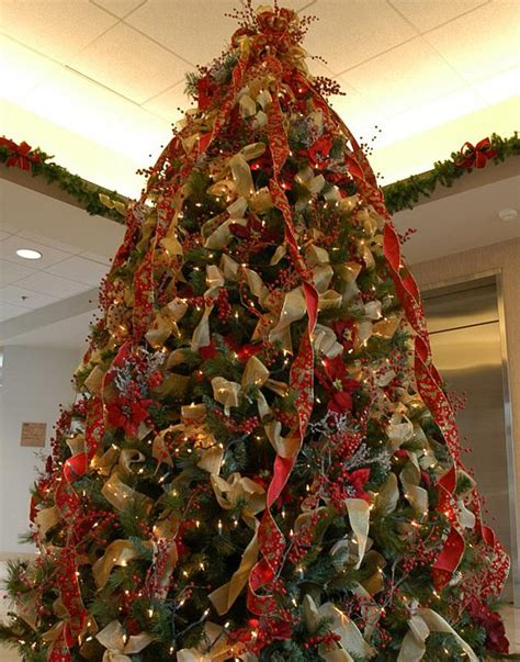 how to put ribbon on christmas tree decorating a tree with ribbon slideshow