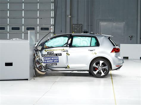 crash test siege auto 2013 2015 volkswagen gti driver side small overlap iihs crash