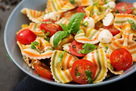 salade de pates crevettes recette de salade de p 226 tes aux crevettes et 224 la feta top sant 233