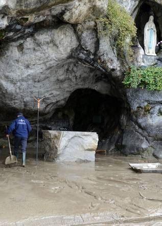 francia inondata la grotta  lourdes photostory