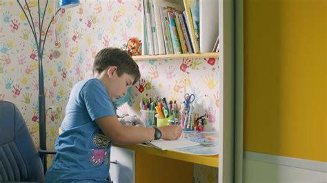 Donaldsonu ģimene: Lai bērns pievērstos grāmatai, viņam ir ...
