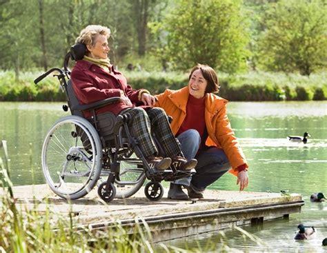 personne en fauteuil roulant fauteuil roulant r 233 a azal 233 a azal 233 a assist invacare