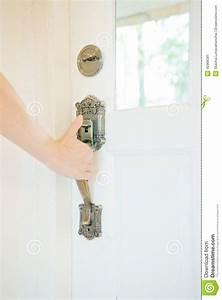 Poignée De Porte En Bois : main sur une porte en bois de poign e s 39 ouvrir photo stock image 40968381 ~ Melissatoandfro.com Idées de Décoration
