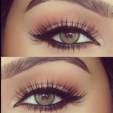Étape 3 Maquillage yeux de chat tracé au crayon khôl et à l'eyeliner