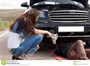 Help Car La Buisse : la femme aidant un m canicien fixent sa voiture photo stock image 40351704 ~ Gottalentnigeria.com Avis de Voitures