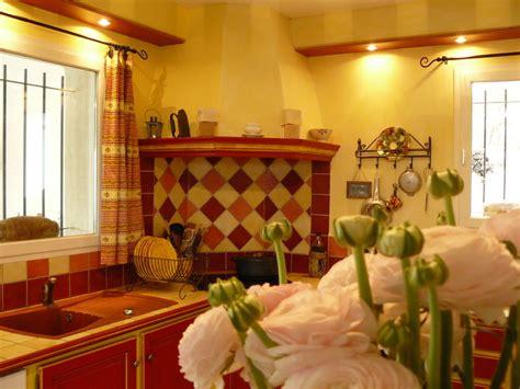 decoration provencale pour cuisine déco cuisine et jaune