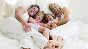 Bett Auf Boden : kuscheln das knuddeln oder schmusen wird meist auf dem sofa im bett oder auf dem boden ~ Markanthonyermac.com Haus und Dekorationen