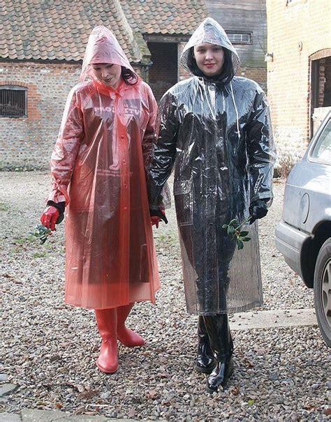 zwei frauen zeigen ihre neuen regenmaentel regenkleidung