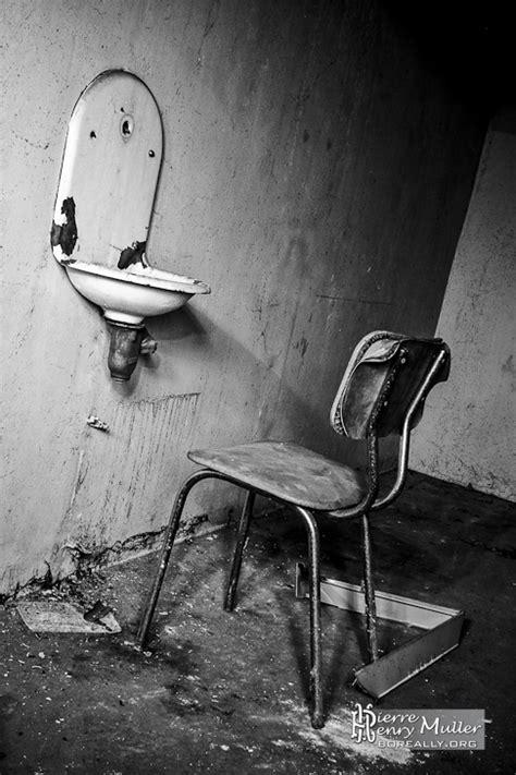chaise bois blanc chaise de l 39 angoisse à la morgue de l 39 hôpital richaud