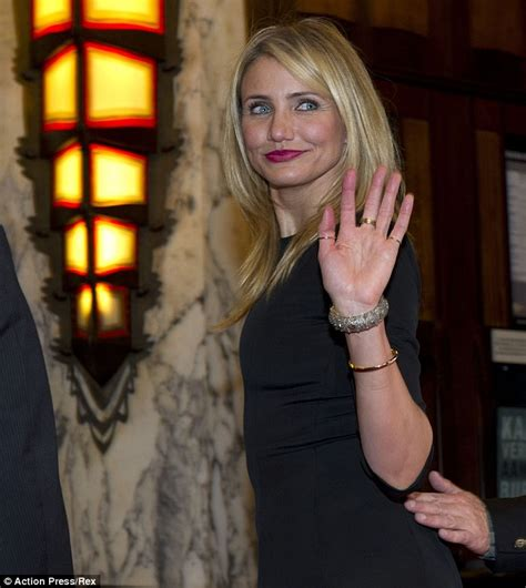 kate upton upstages cameron diaz at dutch premiere of the