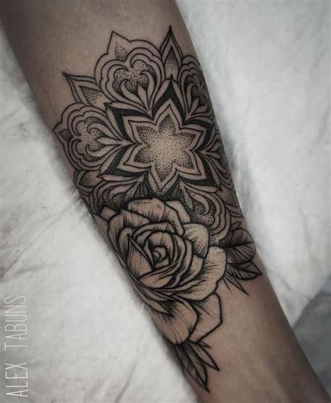 tatouage mandala rose sur poignet interieur pour femme