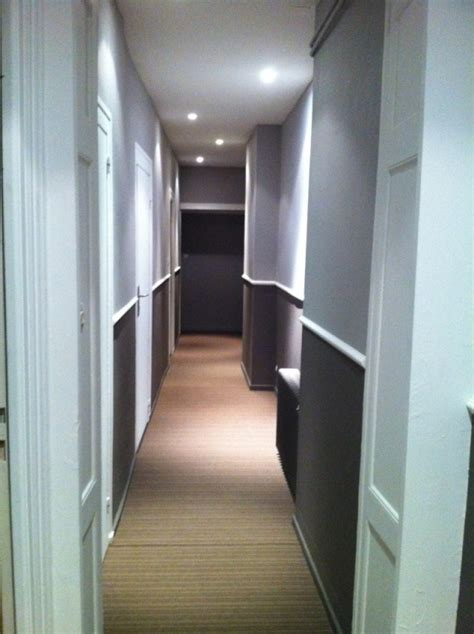 peinture dun couloir etroit  assez long