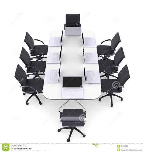 chaise de bureau ronde ordinateurs portables sur la table ronde et les chaises de bureau photo libre de droits image