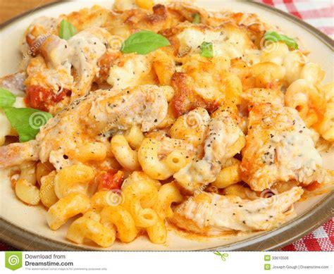idee repas avec des pates p 226 tes cuites au four avec le repas de poulet image libre de droits image 33610506