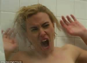 Blonde mature beim duschen