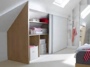 solution rangement chambre une chambre avec une tte de lit en niche de rangement