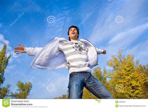 l homme vole dans le ciel photos stock image 6982503