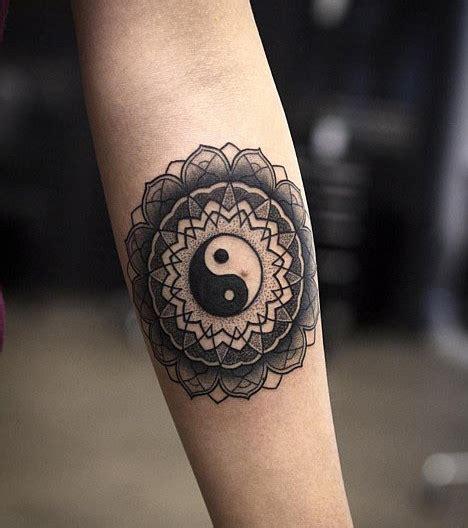 Tatouage Ying Yang Photo Un Tatouage De Mandala Avec Le Signe Ying Yang