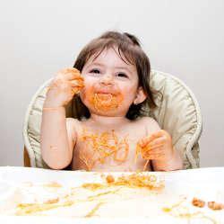 a quel age met on bebe dans une chaise haute a quel âge bébé mange t il seul