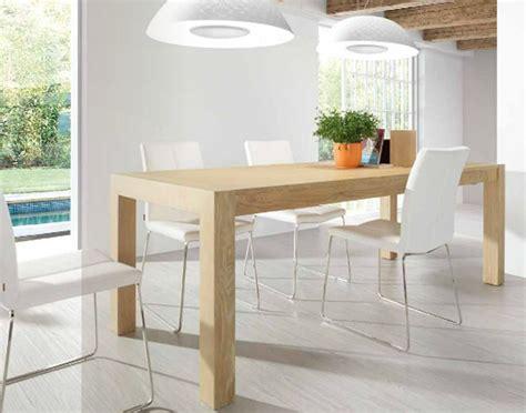 mesa de madera color haya  sillas blancas comedor