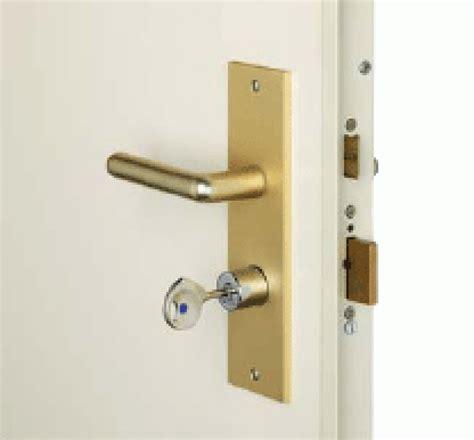 comment ouvrir une porte fermee a cle montant de porte wc cr 233 er une fente pour pouvoir fermer 224 cl 233