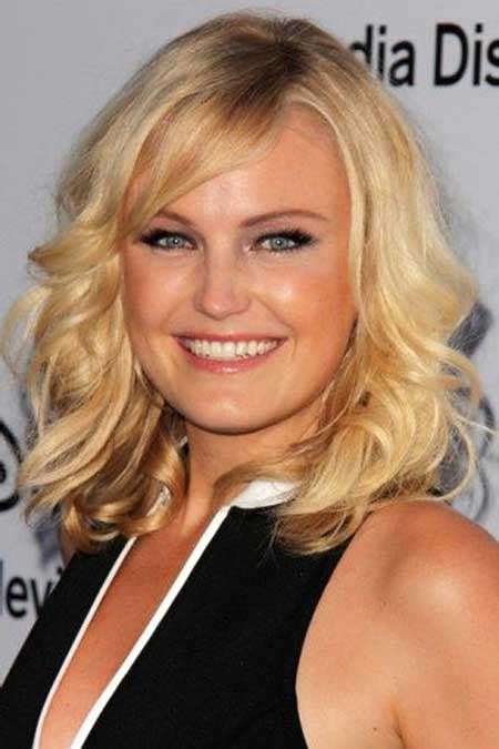 eye catching curly blonde hairstyles short