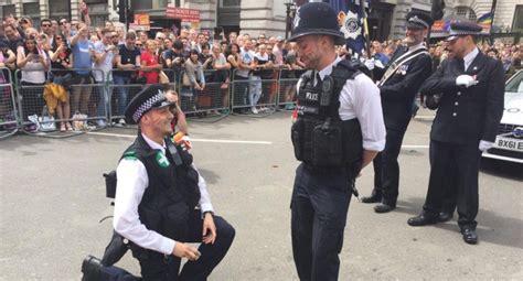 Pride.Lv - Dzīvojam - Praida laikā saderinās policistu pāris