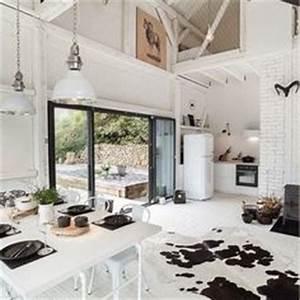 un tapis peau de vache dans un interieur blanc esprit With tapis peau de vache avec canapé jaune 2 places