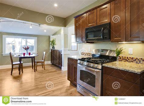 plancher bois cuisine transformez la cuisine avec le plancher en bois image