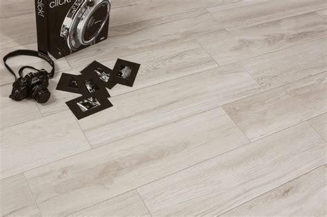 Wohnzimmer Weiße Fliesen by Wohnzimmer Fliesen Der Neue Trend In Der Inneneinrichtung