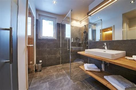 Badezimmer Modern Mit Sauna by Moderne Badezimmer Mit Infrarotkabine Oder Sauna Bild