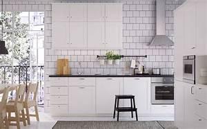 Ikea Küche Sävedal : eine mittelgrosse k che mit s vedal fronten in weiss und schwarzen arbeitsplatten kitchen ~ Frokenaadalensverden.com Haus und Dekorationen