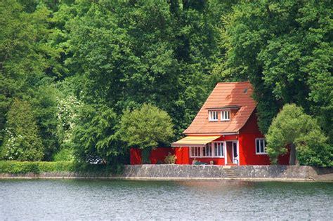 Rotes Haus Im Grünen Foto & Bild  Deutschland, Europe