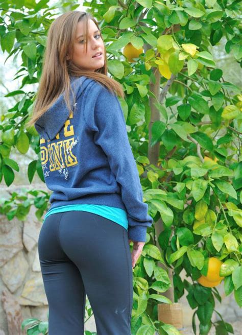 Yoga Pants Are Magical Many Pics Many Hnnnggg Bodybuilding Com Forums